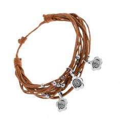 Brățară cu șnururi maro deschis, amulete din oțel - mărgele și flori