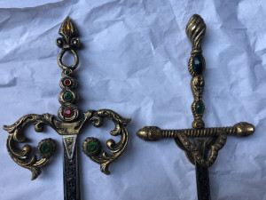 Pereche de sabii vechi Toledo,maner si garda din bronz,,pentru panoplie