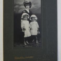 MAMA CU DOUA FETITE , FOTOGRAFIE IN INTERIOR , TIP CABINET , SEMNATA CHRIST. NIELSEN - CONSTANTA , INCEPUTUL SECOLULUI XX