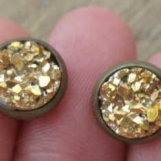 Cercei surub/cheita/fluture baza bronz cu cabochon geoda aurie