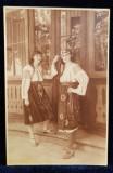 FEMEI IN COSTUME POPULARE MUNTENESTI , POZAND LANGA PRIDVOR , CARTE POSTALA ILUSTRATA ,MONOCROMA , NECIRCULATA , DATATA 1930