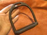 Veche scarita din metal pentru sa de cal model deosebit !