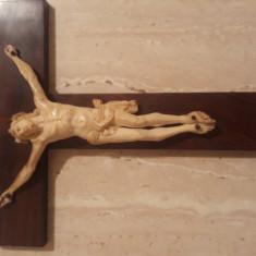 Vechi crucifix de perete cu fildes.