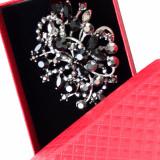 Cumpara ieftin Brosa dama eleganta cu pietricele negre, model Black pebbles