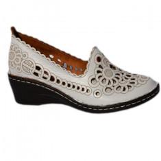 Pantof din piele cu perforati fine, nuanta de alb cu broderie