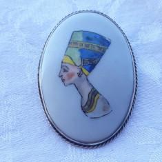 BROSA argint NEFERTITI pictata manual pe PORTELAN de colectie UNICAT splendida