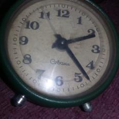 Ceas vechi mecanic de masa SEVANI URSS cu sonerie deasupra,MASIV,T.GRATUIT