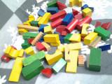 Set de cuburi de construit colorate din 67 de piese