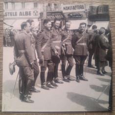 Ofiteri si soldati romani la parada, reclame// perioada interbelica