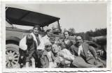D470 Familie cu masina de epoca 1931 poza romaneasca
