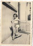 Copil cu trotineta din lemn anii 1940
