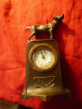 Ceas vechi de masa cu statueta caine din antimoniu ,h=20cm ,funct. intermitent