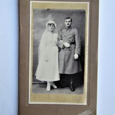Fotografie veche pe carton: Militar cu Mireasa - J. Jerome Caransebes (16x28cm)
