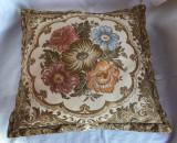 Perna vehe dintr-o tapiterie decorata cu motive florale