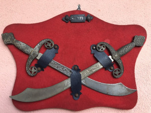 Panoplie ,panoplii vechi miniaturale belgiene,cu sabii incrucisate