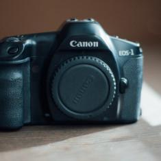 Vand aparat foto slr (pe film) Canon eos 1 + baterie reincarcabila