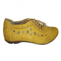 Pantof rafinat de culoare galbena, cu design de cristale mari