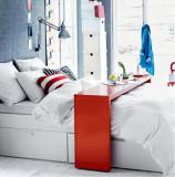 Masa (consola) pe roti peste pat