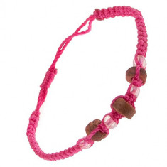 Brățară realizată din șnururi roz, cilindri de lemn și mărgele transparente