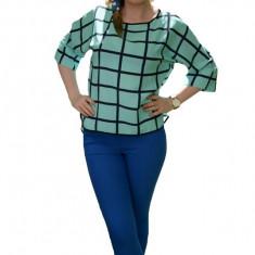 Bluza rafinata, nuanta de turcoaz, material fin, croiala lejera, imprimeu