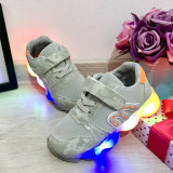 Cumpara ieftin Adidasi gri cu lumini LED si scai pt baieti 25 26 cod 0629