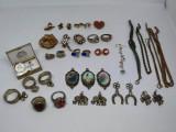 Lot bijuterii vintage, vechi.Cercei,inele,pandantive, brose,martisoare, bratari