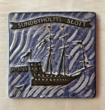 Cumpara ieftin Placheta suedeza ceramica emailata UPSALA EKEBY infatisand o corabie medievala