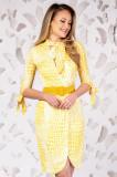 Rochie alba cu imprimeu galben girafa si guler tip esarfa