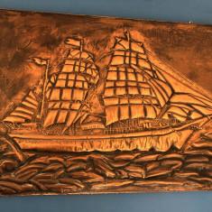 Panoplie veche englezeasca cu corabie cu panze in basorelief