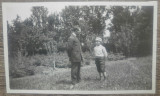 Tatal si fiul in ograda/ fotografie Romania interbelica