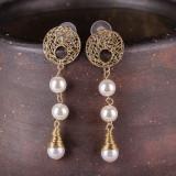 Cercei metalici aurii cu 3 perle sintetice albe