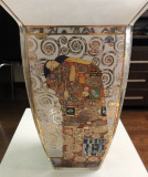 "Goebel Artis Orbis,  Gustav Klimt, ""Sarutul""- vaza 27 cm H/17 cm diam"
