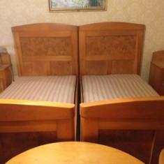 Dormitor vechi din lemn masiv de nuc