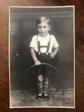 Fotografie veche reprezentand un baietel cu cercul, perioada interbelica (2)