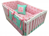 Cumpara ieftin Lenjerie de pat bebelusi 120x60 cm cu aparatori laterale pufoase si buzunar Deseda Flamingo
