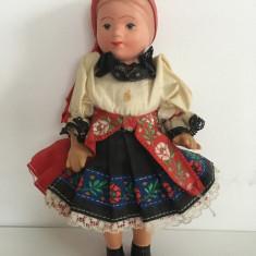 Papusa veche in costum popular, etno, vintage, 19cm, vinil,