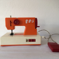 Masina de cusut electrica Mehanotehnika Yugoslavia, jucarie veche anii 70