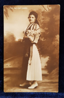 FEMEIE IN COSTUM NATIONAL ROMANESC , POZAND IN STUDIO , CU UN BUCHET DE FLORI , CARTE POSTALA ILUSTRATA , MONOCROMA , NECIRCULATA , PERIOADA INTERBEL foto