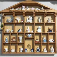 Vitrina cu miniaturi din portelan.