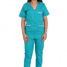 Costum medical verde floral, bluza cu imprimeu, trei buzunare aplicate si pantaloni verzi cu elastic