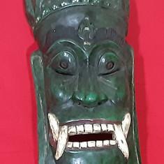 Mască veche sculptată în lemn