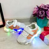Cumpara ieftin Adidasi albi cu lumini LED si scai pt fetite / baieti 21 22 23 24 25, Fete