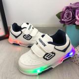 Cumpara ieftin Adidasi albi cu lumini LED si scai ghete pt baieti 26 27 28 29 cod 0795