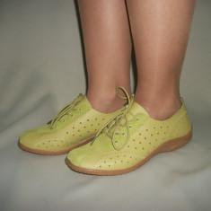 Adidas sport, de culoare verde, din piele cu design de decupaje