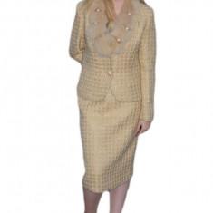 Costum elegant, nuanta de bej , insertii de margele si paiete