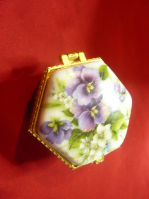 Caseta mica Vintage din portelan fin pictat ,rama metal aurit ,dim.=4x4x2,5cm