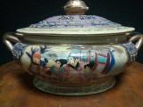 Eleganta caseta chinezeasca din porțelan fin pictata integral manual
