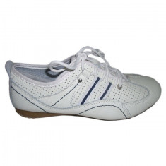 Adidas alb, design modern de perforatii, cusaturi albastre