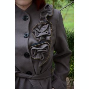 Palton casual de nuanta nisipie, cu decor floral pe partea stanga