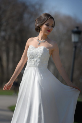 Rochie de mireasa lunga, din voal de matase naturala, tafta, accesorizata cu broderie, perle si margele, culoare alba AGB002 foto